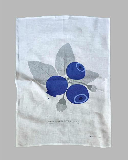 Kökshandduk i linne med blåbär på en köksbänk
